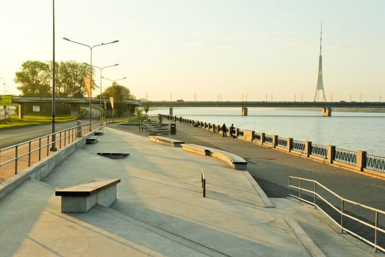 Promenāde- betona skeitparks Daugavas labajā krastā